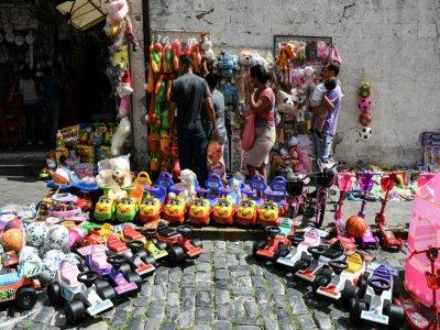 Un vendeur de jouets dans une rue du centre historique de Caracas, le 16 décembre 2019 au Venezuela    Yuri CORTEZ [AFP]