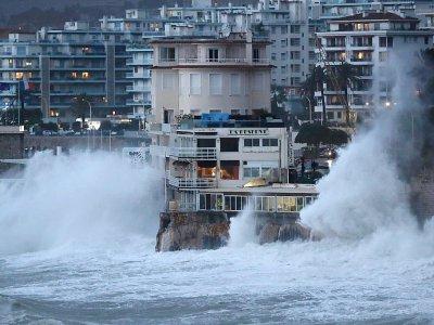 Des vagues viennent se briser sur rivage lors d'une tempête à Nice, le 20 décembre 2019    VALERY HACHE [AFP]