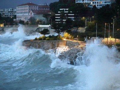 Tempête sur le front de mer à Nice le 20 décembre 2019    VALERY HACHE [AFP]