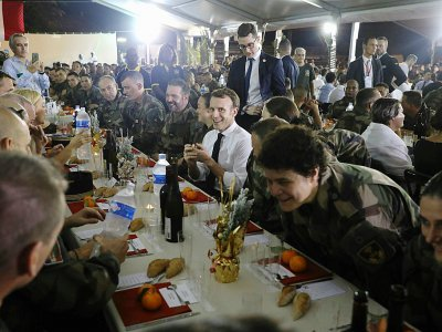 Le président français Emmanuel Macron (c) lors du repas de Noël avec les militaires français basés à Abidjan, le 20 décembre 2019    Ludovic MARIN [AFP]
