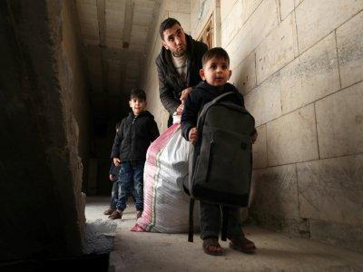 Abou Oussama se prépare avec sa femme et leur quatre enfants à fuir la ville de Maaret al-Noomane dans la province syrienne d'Idleb (nord-ouest), le 20 décembre 2019    Omar HAJ KADOUR [AFP]