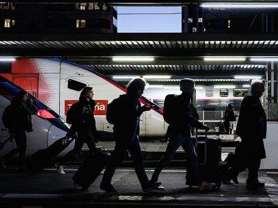Des voyageurs à la gare de Lyon à Paris, le 20 décembre 2019 lors de la grève contre la réforme des retraites    Philippe LOPEZ [AFP]