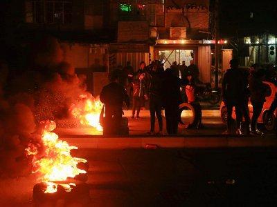 Des manifestants irakiens brûlent des pneus à Kerbala, au sud de Bagdad, le 22 décembre 2019    Mohammed SAWAF [AFP]