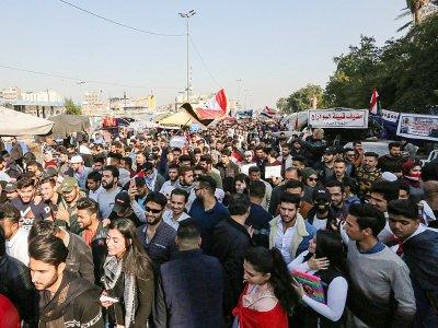 Des Irakiens scandent des slogans lors d'une manifestation anti-gouvernementale sur la place Tahrir à Bagdad, le 22 décembre 2019    SABAH ARAR [AFP]
