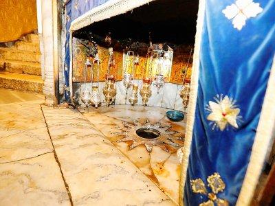 Photo prise le 23 décembre 2019 montrant l'étoile aux 14 branches qui représente, selon la tradition chrétienne, le lieu où est né Jésus, dans la Basilique de la Nativité - AHMAD GHARABLI [AFP]