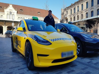 Jean-François Catel conduit un taxi Tesla à Rouen, qu'il a voulu aux couleurs des taxis de New York.