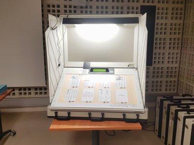 Au Havre, depuis 2005, les machines électroniques remplacent les bulletins de vote, les enveloppes et les urnes lors des différents scrutins, notamment lors des municipales.
