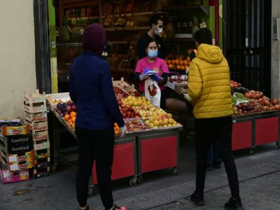 Un magasins de fruits à Madrid le 30 avril 2020