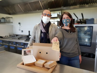 Dominique Gosselin, gérant de la boulangerie La Falue et membre d'Inter Bio Normandie Service, et Alexandra Beldjoudi, gérante du Spot, devant le plateau-repas.