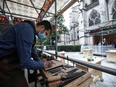 Un forgeron reproduit des gestes médiévaux devant la basilique Saint-Denis le 5 juin 2020 dans le cadre d'atelier    Anne-Christine POUJOULAT [AFP]