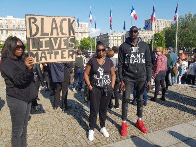 """""""Black lives matter"""", les vies noires comptent en français. Ce message a fleuri sur de nombreuses pancartes lors d'un rassemblement contre les violences policières, le mardi 9 juin au Havre."""