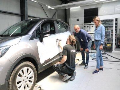 Aurélie et Boris Lefrançois avec un des salariés dans l'atelier de la carrosserie à Hérouville-Saint-Clair.