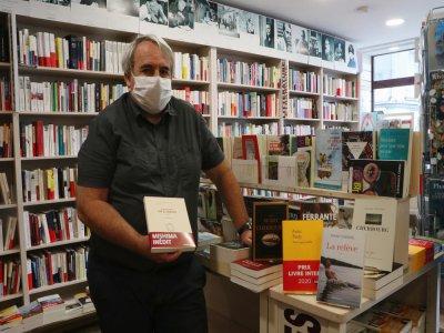 """Le directeur de la librairie Ryst à Cherbourg-en-Cotentin, Arnaud Coignet tient à la main son coup de cœur de l'été, le roman paru chez Gallimard """"Une vie à vendre"""" de l'auteur japonais Yukio Mishima."""