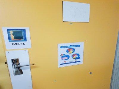 Sur la porte d'entrée de cette classe de l'école Ancelot, on comprend que les gestes barrières doivent être respectés.