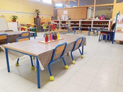 A l'école Ancelot du Havre, les tables sont espacées les unes des autres car, au-delà de la distanciation physique, l'apprentissage en petits groupes correspond à la méthodologie de l'établissement.