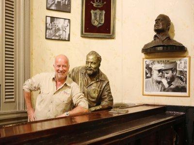 Patrick Thellier avec Ernest Hemingway au comptoir de La Floridita, le bar préféré de celui-ci.