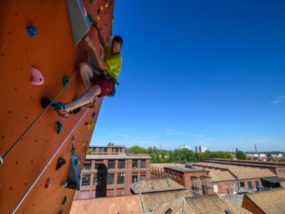 "Un grimpeur escalade le plus haut mur du ""Climbing Mulhouse Center"", le 4 septembre 2020 à Mulhouse"
