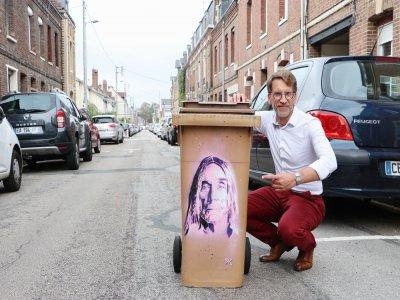 Stéphane Michel, alias STM, travaille dans son quartier au pochoir sur des poubelles, à la demande des riverains qui choisissent une personnalité qui leur tient à cœur.