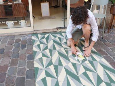 InkOj recherche systématiquement la cohérence avec son environnement direct lorsqu'il choisit les motifs qu'il peint au sol, ici rue aux Juifs.