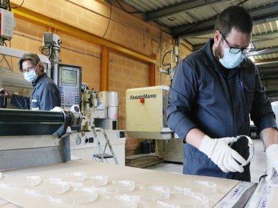 Sullivan et son responsable Eric Lelièvre préparent environ 4 000 pièces par jour. Le serre-tête sera décliné en quatre couleurs.