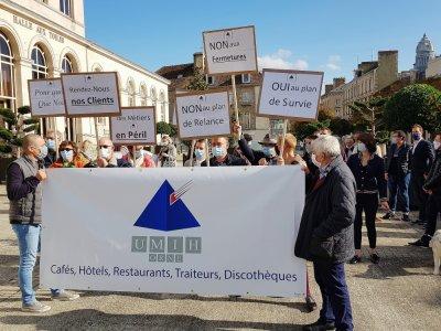 À l'appel de leur syndicat professionnel Umih, patrons de bars, restaurants, hôtels, discothèques ont défilé vendredi 9 octobre, dans les rues d'Alençon.
