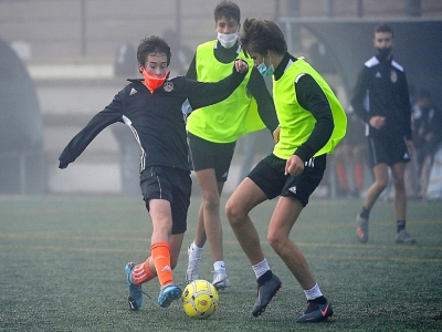 Des footballeurs portant le masque à la Football Player Academy (FPA) de Las Rozas près de Madrid le 24 octobre 2020.