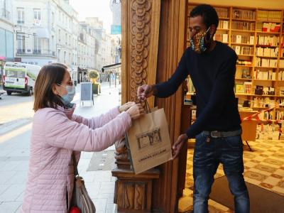 La librairie Guillaume, située rue Saint-Pierre à Caen, propose un service de drive à ses lecteurs pour retirer les bouquins pendant le confinement.