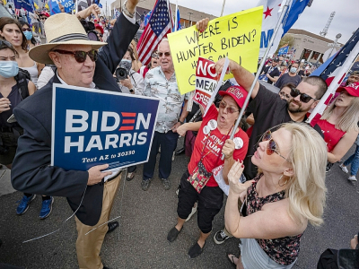 Un supporteur de Biden face à des supporteurs de Trump, devant un bâtiment officiel à Phoenix (Arizona), le 6 novembre 2020