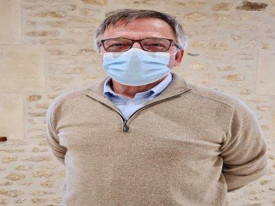 """Georges Senk, docteur à la retraite, reçoit les patients pour la visite pré-vaccinale. """"Je vérifie qu'ils ne présentent aucune pathologie contradictoire"""", expose-t-il."""