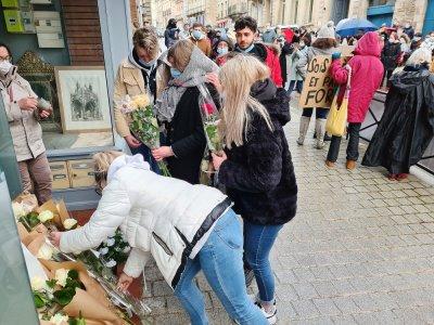 Des fleurs devant le 27 rue Saint-Blaise à Alençon.