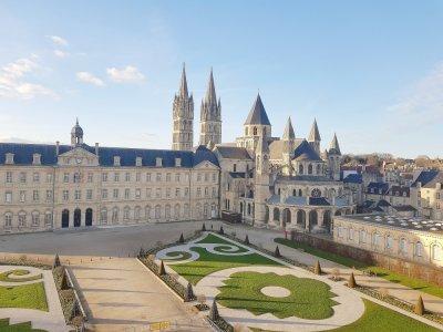 L'église Saint-Étienne de Caen se situe derrière l'hôtel de ville.
