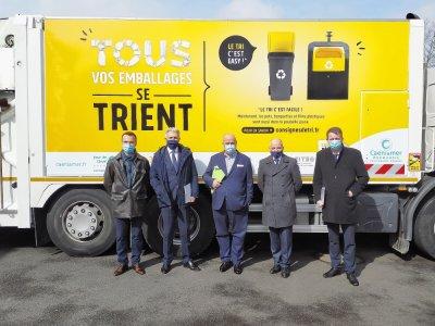 Les acteurs du traitement des déchets de l'agglomération caennaise se sont réunis lundi 15mars: de gauche à droite, Frédéric Quintart, le responsable régional de CITEO, Joël Bruneau (maire de Caen), Olivier Paz (président de Syvedac et maire de Mer - Mathieu Marie