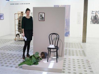 Cette amusante mise en scène, qui désigne en quelques indices un coupable idéal, est une installation que l'artiste Mac Adams a conçue en souvenir d'une photographie qu'il avait faite en début de carrière.    Elodie Laval