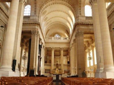 À l'intérieur, l'église de la Madeleine néoclassique surprend par ses proportions et sa luminosité.