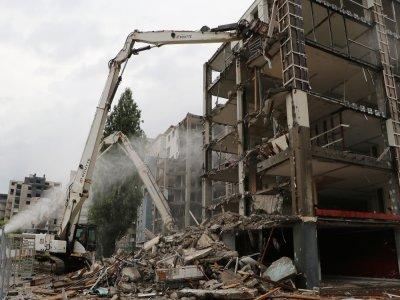 Pour éviter la trop grande projection de poussière, des canons à eau arrosent les immeubles.