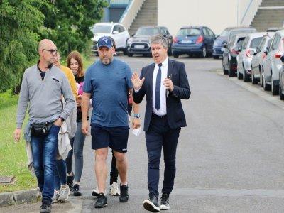 Le président Olivier Pickeu discute avec de fidèles supporters.