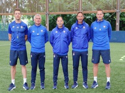 De gauche à droite, le préparateur physique Benoît Pickeu, les adjoints Patrice Sauvaget et Serge Le Dizet autour de Stéphane Moulin et l'entraîneur des gardiens Eddy Costil.