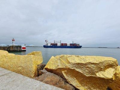 L'or fait notamment écho à la richesse qui transite à bord des navires.