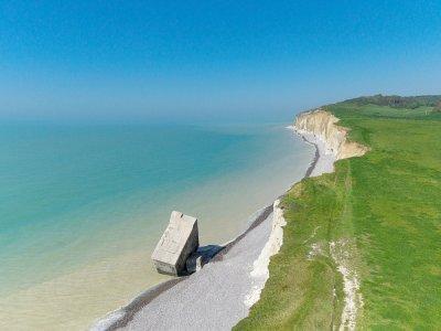 Bunker tombé de la falaise et planté dans la plage à Sainte-Marguerite-sur-Mer. - Francis Cormon