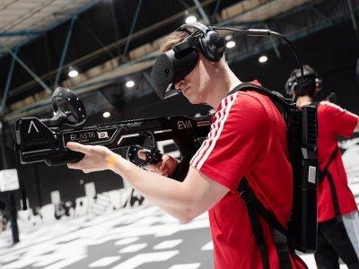 Le joueur est équipé d'un sac à dos et d'un casque de réalité virtuelle pour évoluer dans l'arène.    EVA