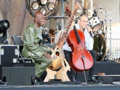 Ballaké Sissoko à la kora, Vincent Ségal au violoncelle, un duo franco-malien.