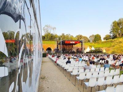 """Le festival se déroule entre les serres et les fortifications, avec une seule scène pour cette édition en mode """"sessions""""."""