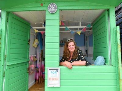 Sarah Stimson, à la tête d'une entreprise de location, dans sa cabine de plage, le 15 juillet 2021 à Walton-on-the-Naze    Justin TALLIS [AFP]