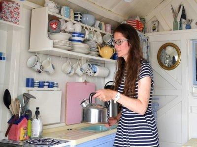 Melanie Whitehead sous le porche de sa cabine de plage, le 15 juillet 2021 à Walton-on-the-Naze, dans l'est de l'Angleterre    Justin TALLIS [AFP]