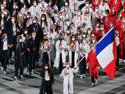 Les porte-drapeaux français Clarisse Agbegnenou et Samir Ait Said, mènent la délégation française, lors de la cérémonie d'ouverture des Jeux Olympiques, le 23 juillet 2021 au Stade Olympique à Tokyo    Martin BUREAU [AFP]