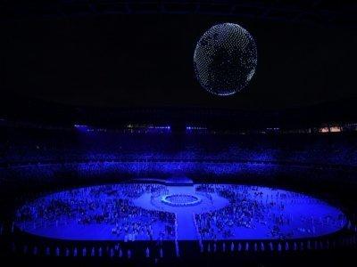 Des drones forment un globe terrestre au-dessus du Stade Olympique, lors de la cérémonie d'ouverture des Jeux, le 23 juillet 2021 à Tokyo    Jewel SAMAD [AFP]