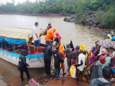 Les équipes de sauveteurs évacuent par bateau des villageois d'Ambewadi, dans le district de Kolhapur - - [NDRF/AFP]