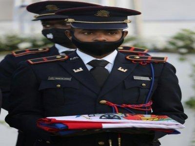 Des soldats en uniforme présentent le drapeau national avant de le placer sur le cercueil de Jovenel Moïse à Cap-Haïtien, le 23 juillet 2021    Valerie BAERISWYL [AFP]