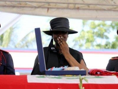 Martine Moïse se recueille devant le cercueil de son mari Jovenel Moïse - Valerie BAERISWYL [AFP]