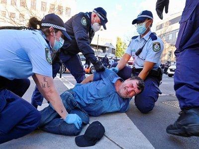 Plusieurs personnes ont été arrêtées lors d'un rassemblement contre le confinement à Sydney, le 24 juillet 2021    Steven SAPHORE [AFP]
